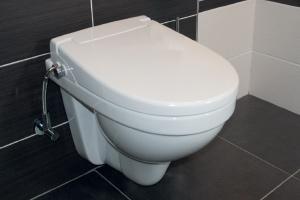 WC bidetovací sedátko s integrovanou sprškou